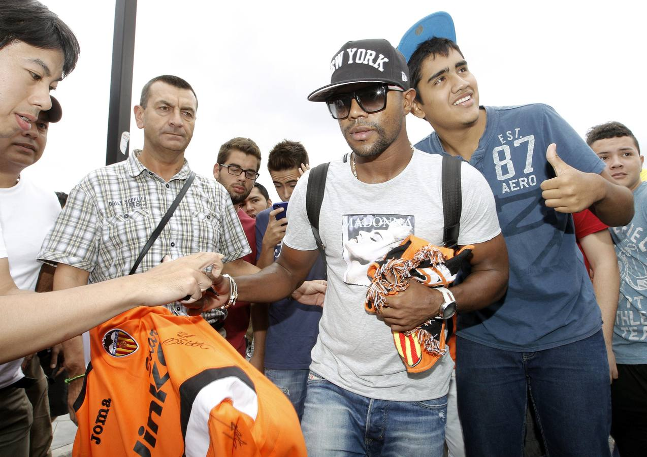Aficionados reciben a Dorlan Pabón en su llegada a Valencia