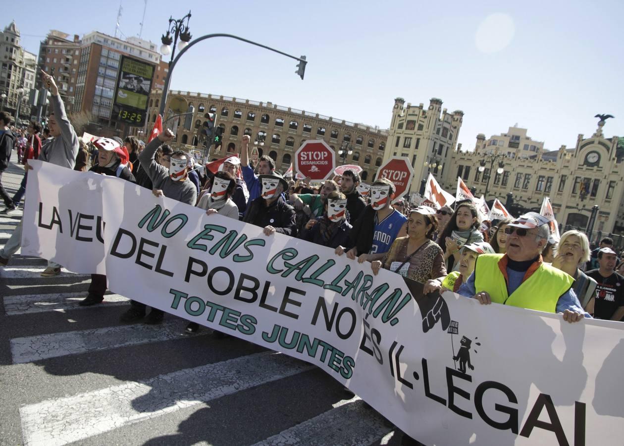 Centenares de personas reclaman en Valencia la retirada de tres leyes del Gobierno