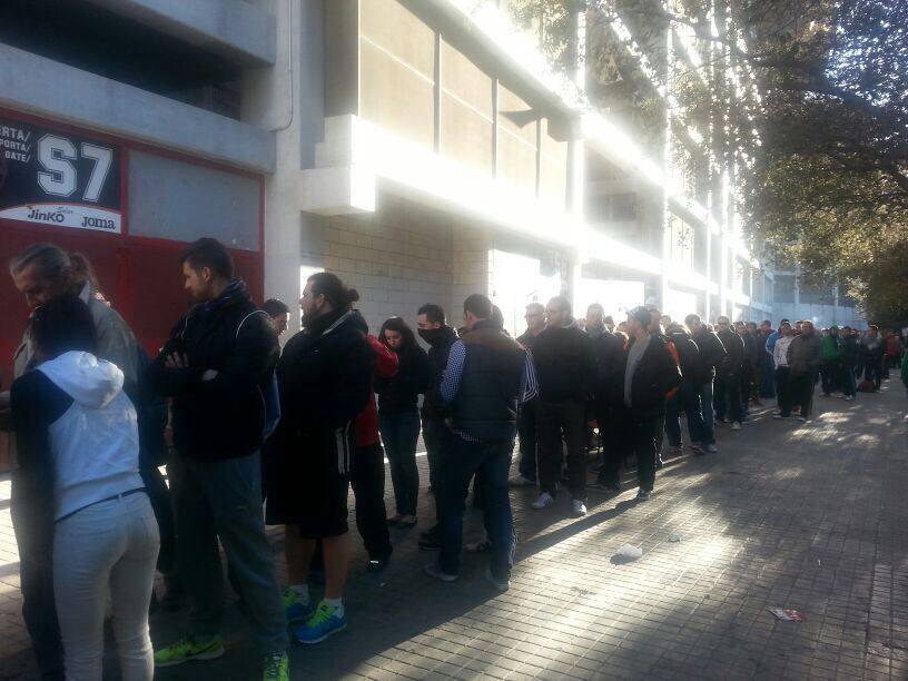 Más de 9 horas de cola en Mestalla por una entrada a 10 euros