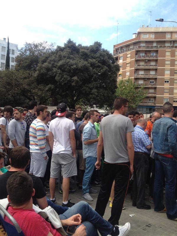 Colas en Mestalla para viajar a Sevilla