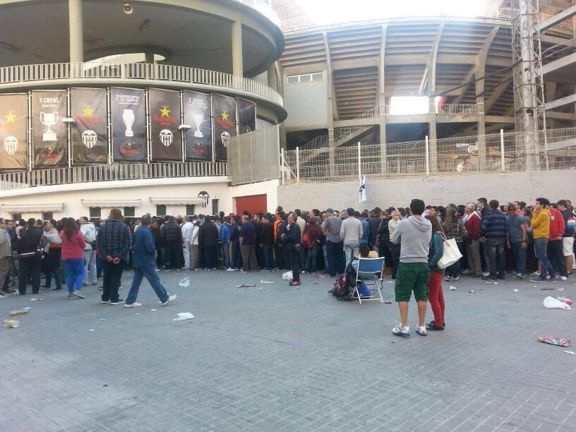 Colas en las taquillas de Mestalla para ver el Valencia-Atlético de Madrid