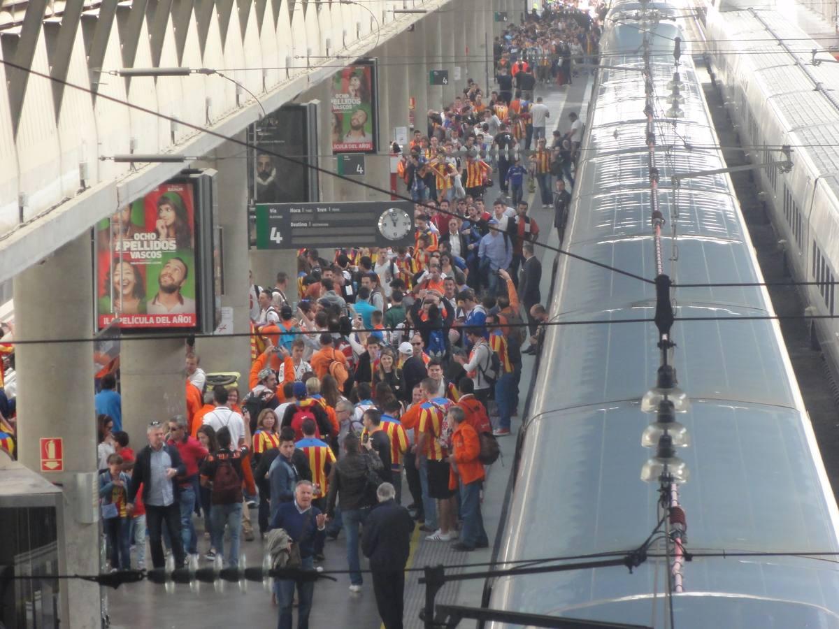 La afición del Valencia toma la estación de Santa Justa en Sevilla