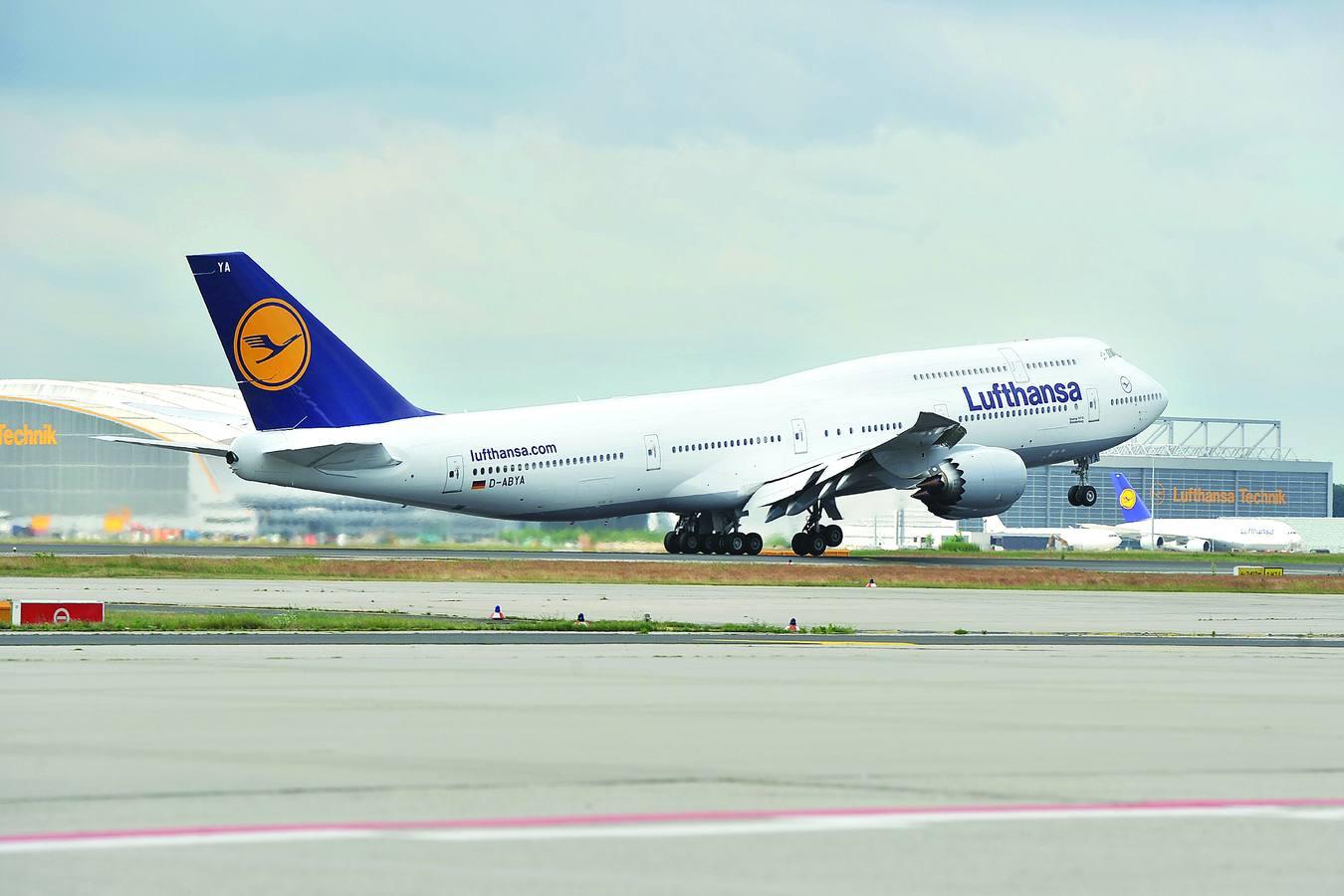 2. Boeing 747-800